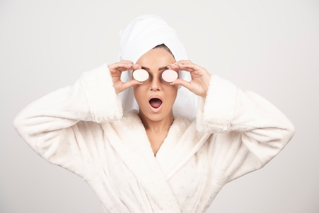Jonge vrouw in een badjas die samenstelling doet Gratis Foto