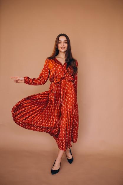 Jonge vrouw in een mooie rode jurk Gratis Foto