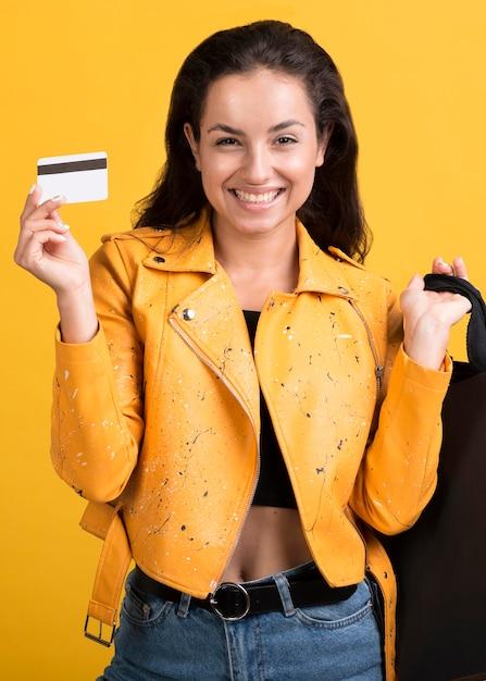 Jonge vrouw in geel leerjasje Gratis Foto