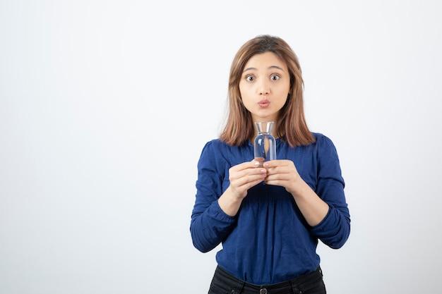 Jonge vrouw in het blauwe water van de blouseholding Gratis Foto