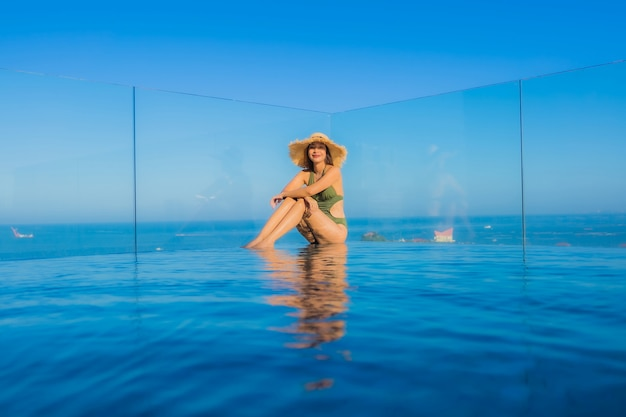 Jonge vrouw in het zwembad Gratis Foto