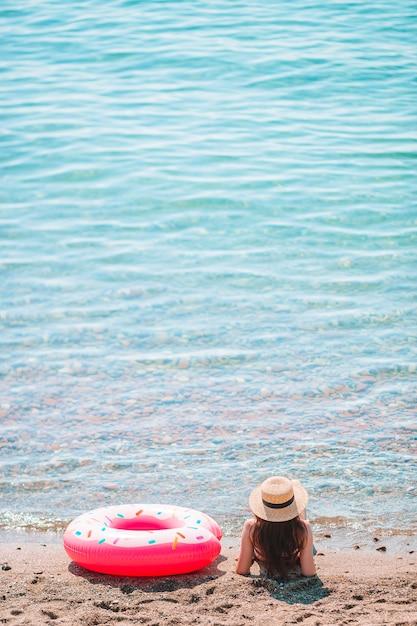 Jonge vrouw in hoed op de strandvakantie Premium Foto
