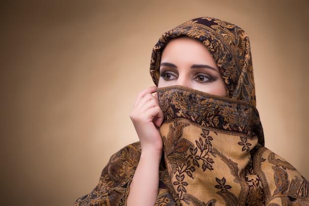 Jonge vrouw in traditionele moslimkleding Premium Foto