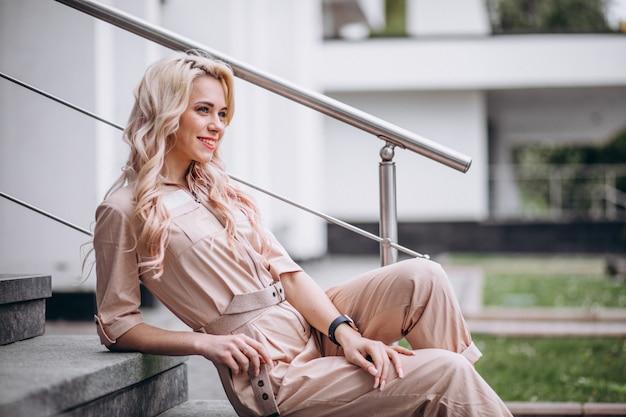 Jonge vrouw in trendy roze overall Gratis Foto