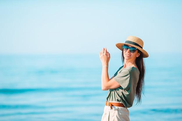 Jonge vrouw in wit op het strand Premium Foto
