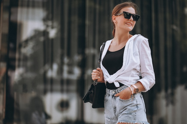 Jonge vrouw in zomer outfit in de stad Gratis Foto