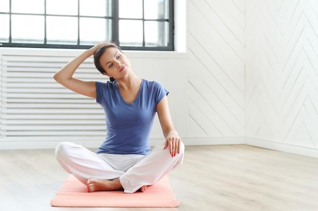Jonge vrouw klaar om yoga-oefeningen te doen Gratis Foto