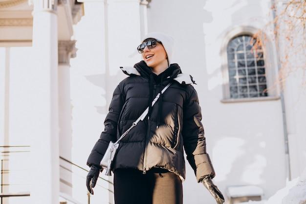 Jonge vrouw lopen in de winter Gratis Foto
