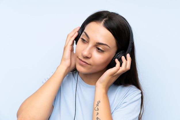 Jonge vrouw luisteren muziek Premium Foto