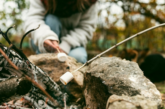 Jonge vrouw marshmallows branden Gratis Foto