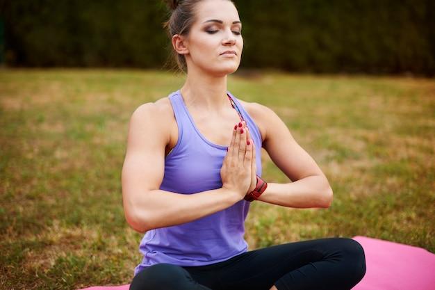 Jonge vrouw mediteren in het park. zen-achtige positie in een van mijn favorieten Gratis Foto