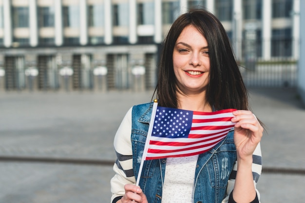 Jonge vrouw met amerikaanse vlag op independence day Gratis Foto