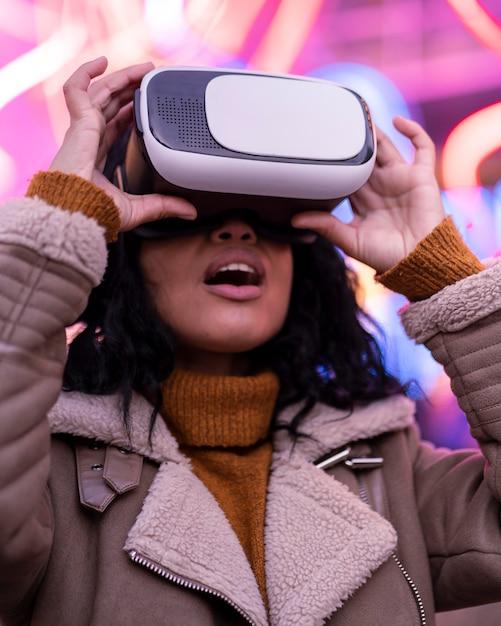 Jonge vrouw met behulp van virtual reality-bril Gratis Foto