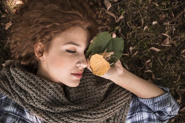 Slapen Op Grond : Jonge vrouw met bladeren die op grond slapen foto gratis download