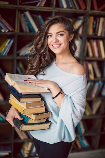 Jonge vrouw met boeken Premium Foto