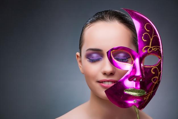 Jonge vrouw met carnaval-masker Premium Foto