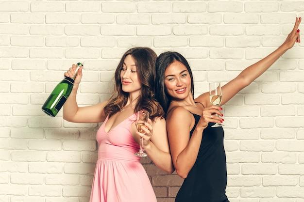 Jonge vrouw met champagneglazen bij viering Premium Foto