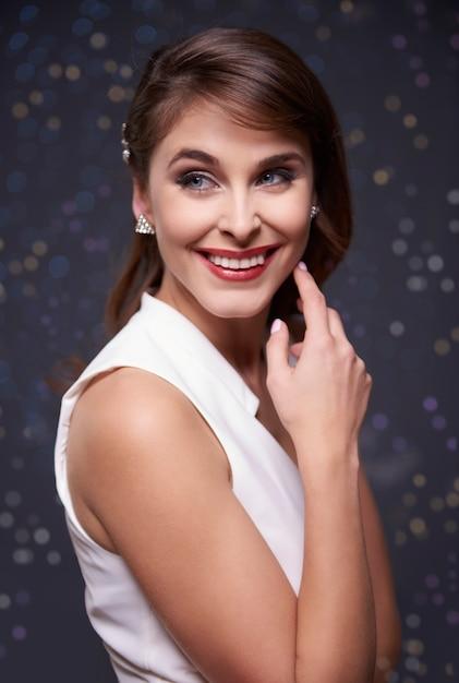 Jonge vrouw met charmante glimlach Gratis Foto