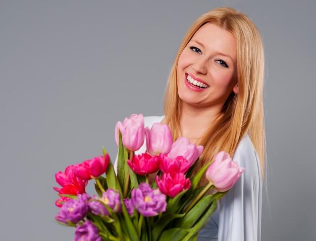 Jonge vrouw met de lentebloem Gratis Foto