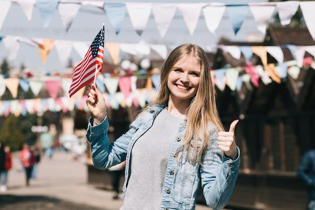 Jonge vrouw met de vlag van de vs op festival Gratis Foto