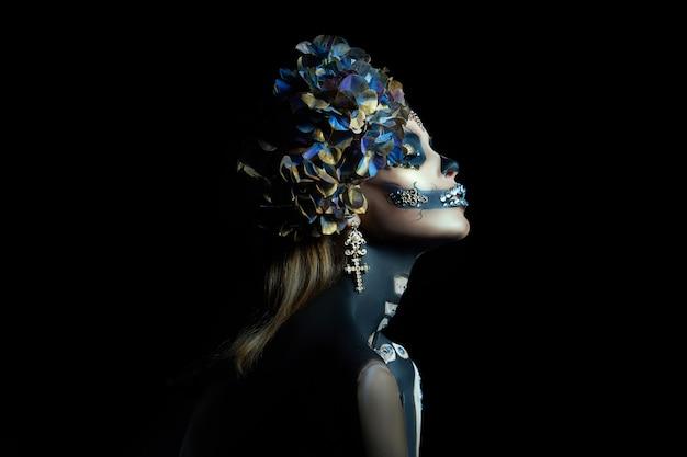 Jonge vrouw met een halloween-make-up en kostuum Premium Foto