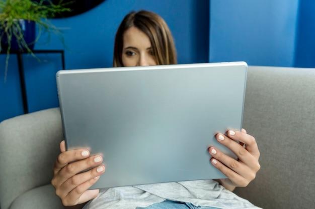 Jonge vrouw met een videoconferentie Gratis Foto