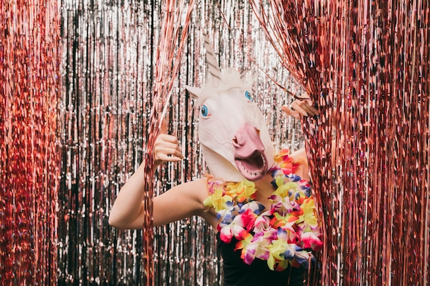 Jonge vrouw met eenhoorn masker Gratis Foto