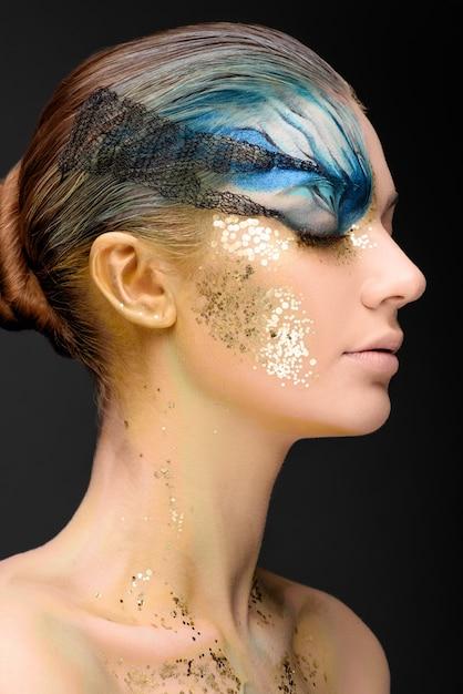 Jonge vrouw met fantasie make-up Premium Foto