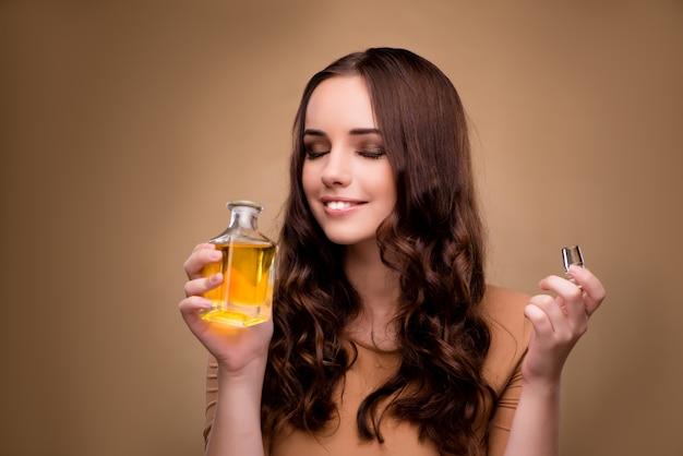 Jonge vrouw met fles parfum Premium Foto
