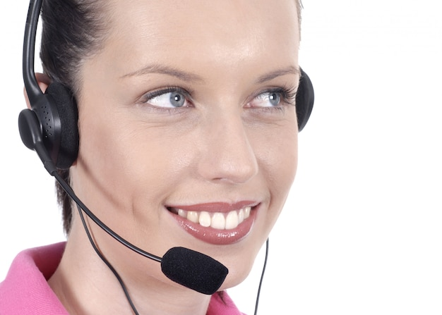 Jonge vrouw met glimlach en hoofdtelefoon Gratis Foto