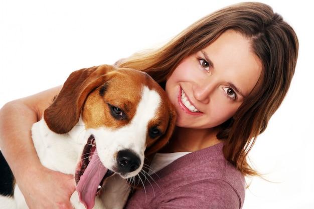 Jonge vrouw met hond Gratis Foto