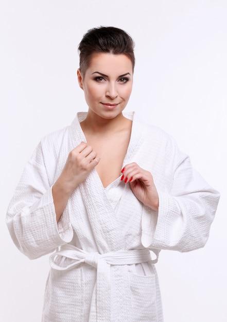 Jonge vrouw met kort kapsel in badjas Gratis Foto
