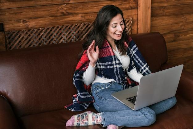 Jonge vrouw met laptop het glimlachen Gratis Foto
