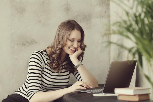 Jonge vrouw met laptop pc-computer Gratis Foto
