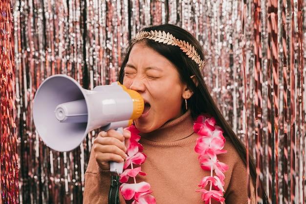 Jonge vrouw met megafoon op carnaval feest Gratis Foto
