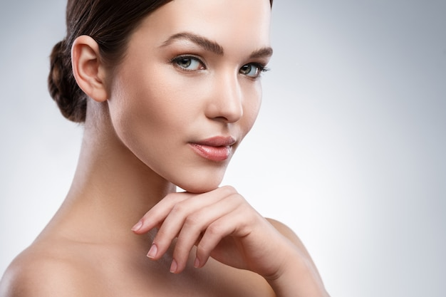 Jonge vrouw met mooi gezicht Premium Foto
