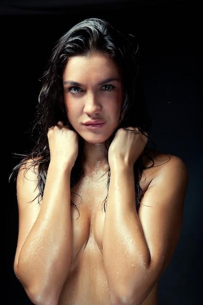 Jonge vrouw met nat haar Premium Foto