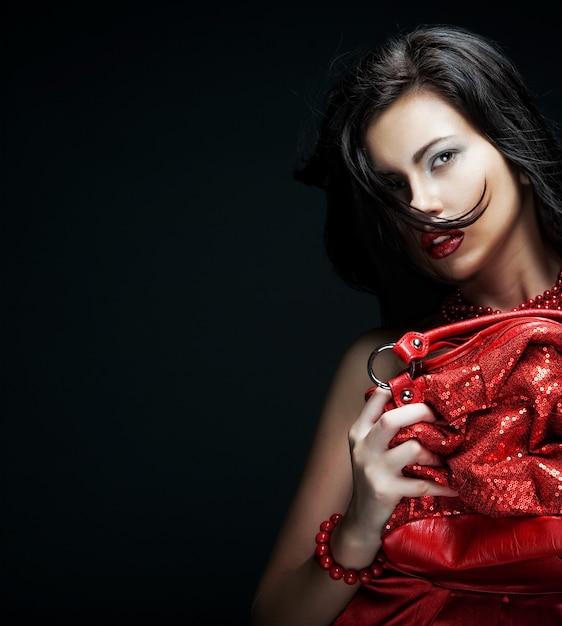 Jonge vrouw met rode tas Premium Foto