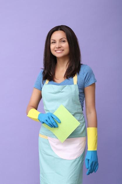 Jonge vrouw met rubberen handschoenen, klaar om schoon te maken Gratis Foto