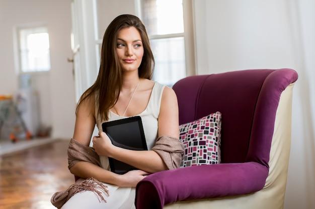 Jonge vrouw met tablet Premium Foto