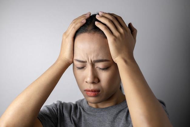 Jonge vrouw met van stress en hoofdpijn. Premium Foto