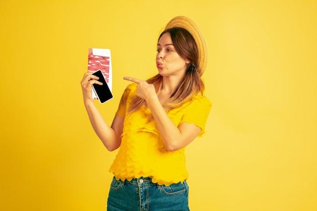 Jonge vrouw met vliegtickets en paspoort Gratis Foto