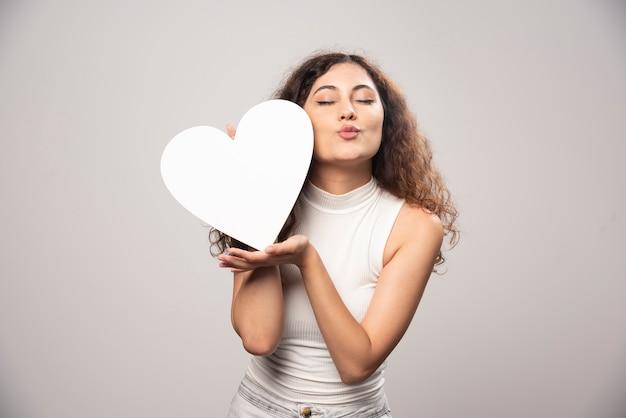 Jonge vrouw met wit handgeschept papier hart. hoge kwaliteit foto Gratis Foto