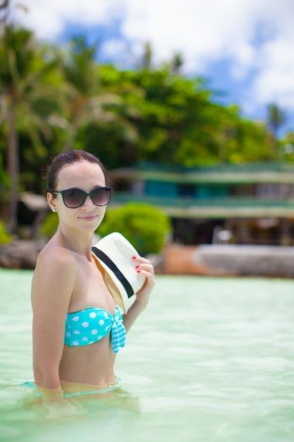 Jonge vrouw ontspannen in het water aan de zee Premium Foto