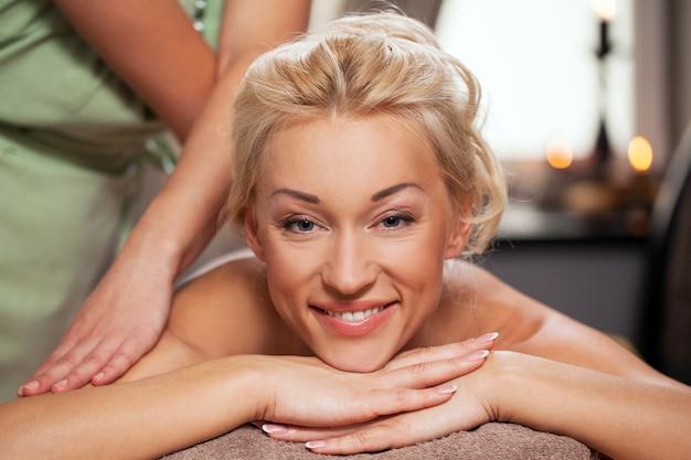 Jonge vrouw ontspannen in luxury spa Gratis Foto