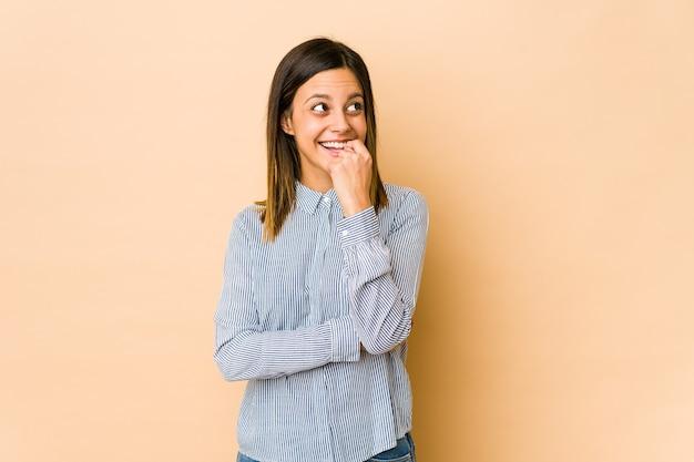 Jonge vrouw ontspannen na te denken over iets kijken naar een kopie ruimte. Premium Foto