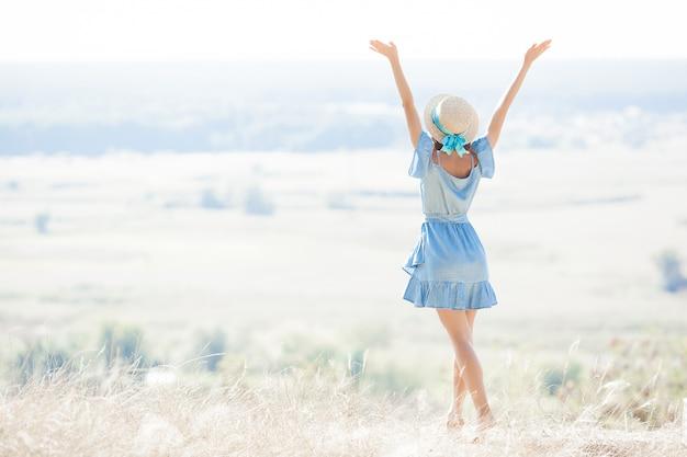 Jonge vrouw op aard vrijheid. vrouw gratis. lady bewondert een geweldig natuurlijk uitzicht. vrouw bewondert een landschap. Premium Foto