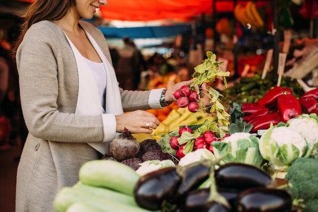 Jonge vrouw op de markt. Premium Foto