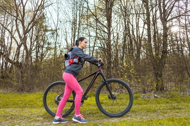 Jonge vrouw op een excursie met haar fiets Gratis Foto