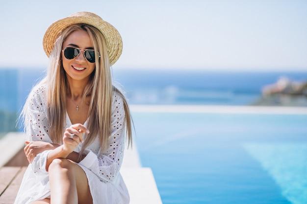 Jonge vrouw op een vakantie bij het zwembad Gratis Foto